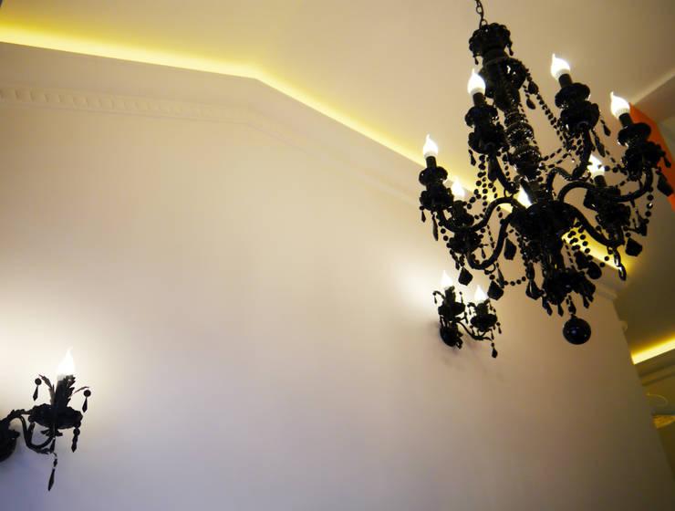 Карповы Вары: Прихожая, коридор и лестницы в . Автор – Cameleon Interiors