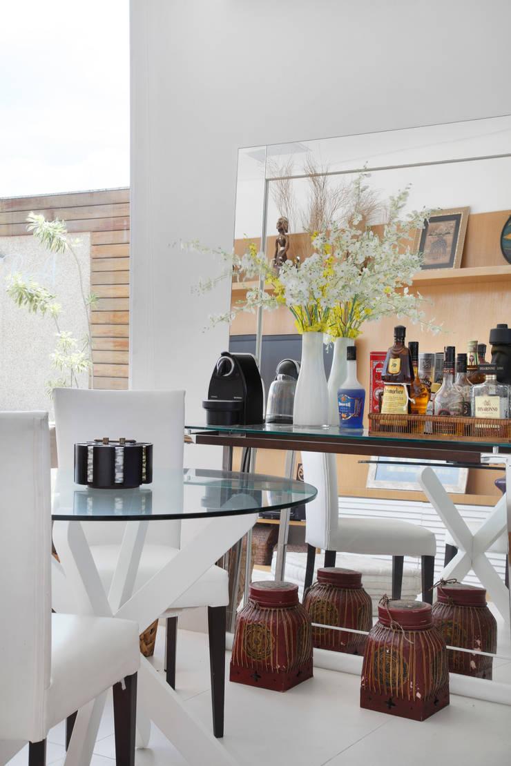 Cobertura Jardim Oceânico: Salas de estar  por Carolina Mendonça Projetos de Arquitetura e Interiores LTDA