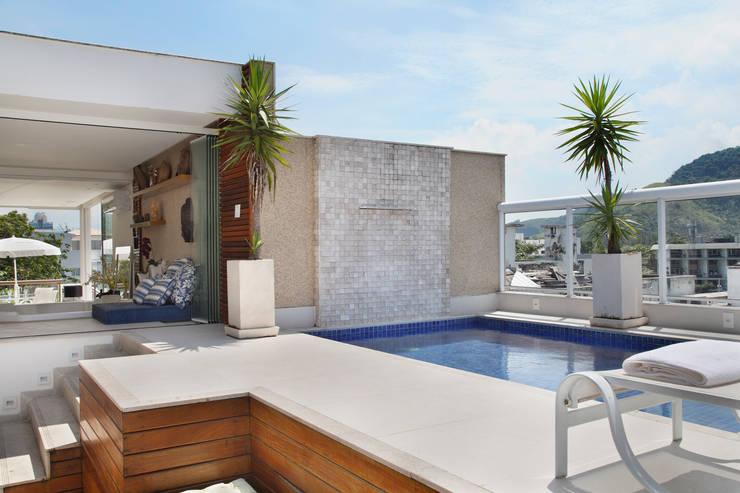 Piscinas de estilo  por Carolina Mendonça Projetos de Arquitetura e Interiores LTDA