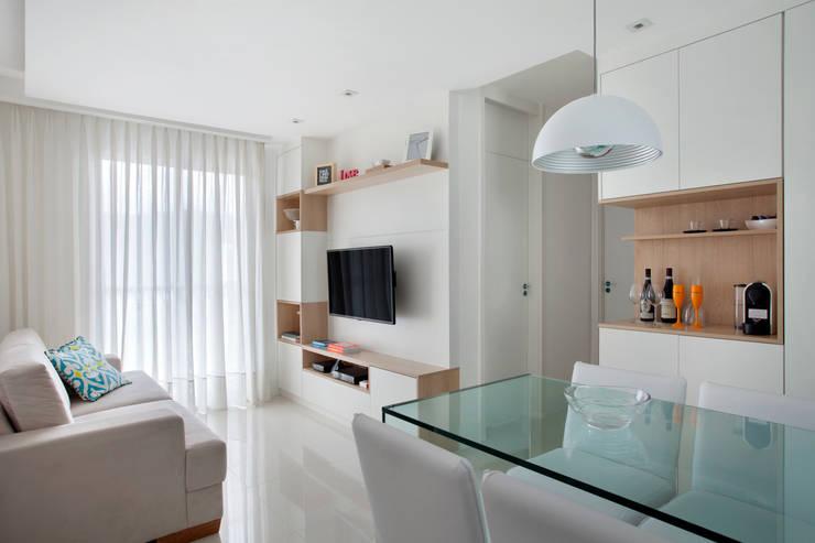 Apartamento pequeno: Salas de estar  por Carolina Mendonça Projetos de Arquitetura e Interiores LTDA