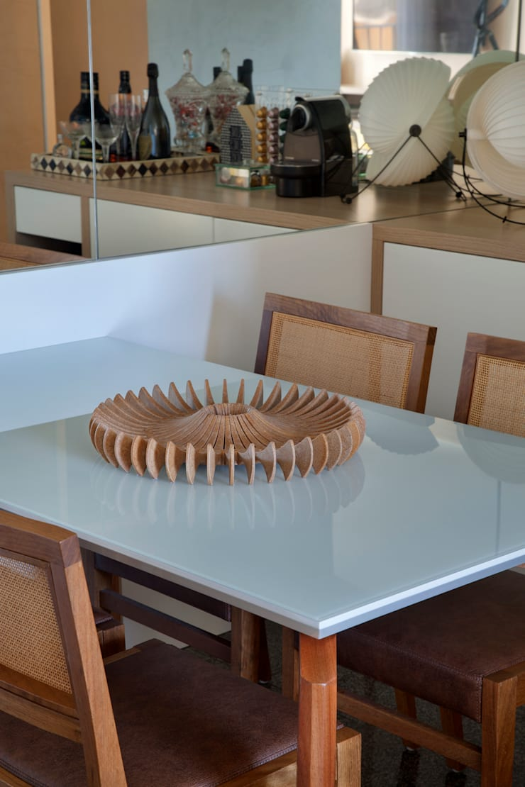 Apartamento Moderno: Salas de jantar  por Carolina Mendonça Projetos de Arquitetura e Interiores LTDA