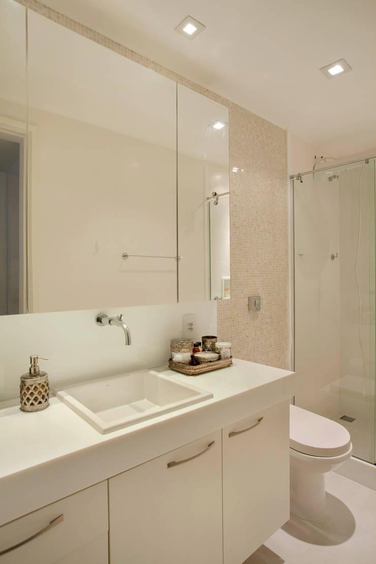 Apartamento Moderno: Banheiros  por Carolina Mendonça Projetos de Arquitetura e Interiores LTDA