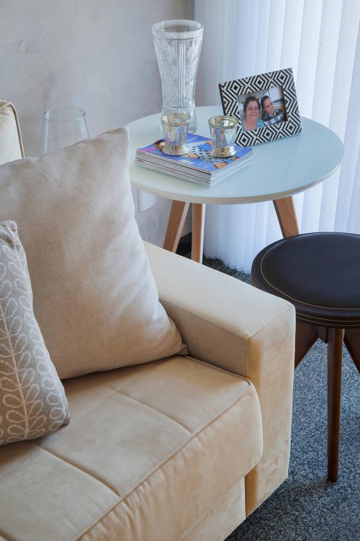 Apartamento Moderno: Salas de estar  por Carolina Mendonça Projetos de Arquitetura e Interiores LTDA