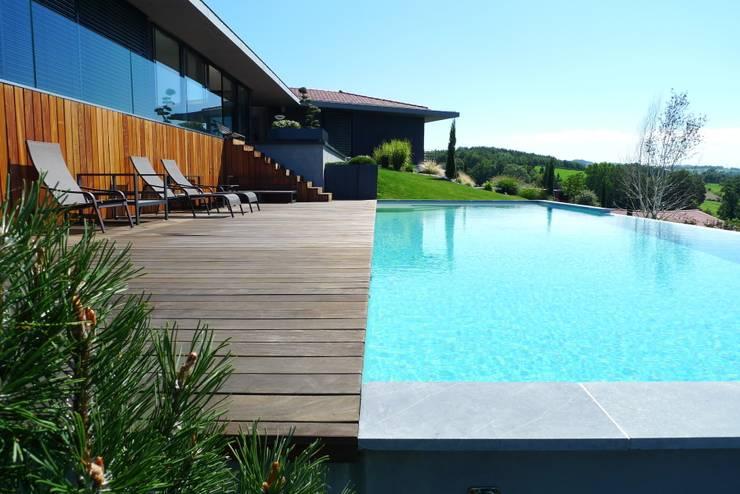 Villa C.: Piscines  de style  par RB CONCEPT