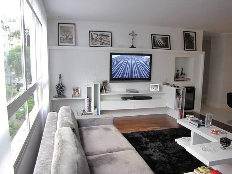 móvel para home theater: Salas de multimídia  por Arquitetura Juliana Fabrizzi