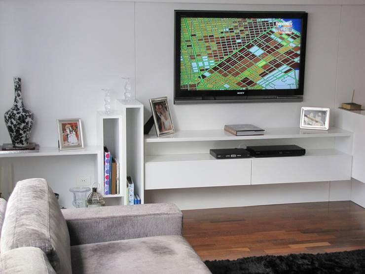 detalhe móvel home theater: Salas de multimídia  por Arquitetura Juliana Fabrizzi