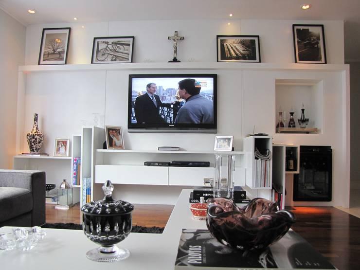 detalhe mesa de centro e móvel do home theater: Salas de multimídia  por Arquitetura Juliana Fabrizzi