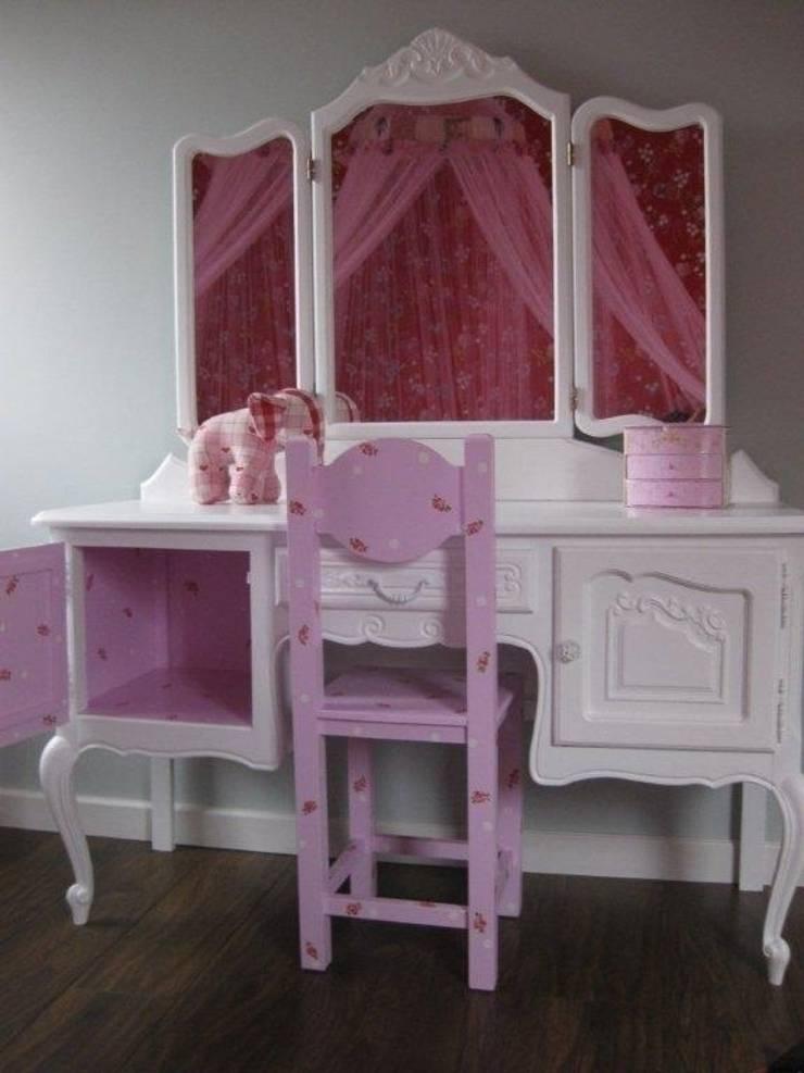 Kaptafel met roze binnenkant.:  Kinderkamer door Happykidsart