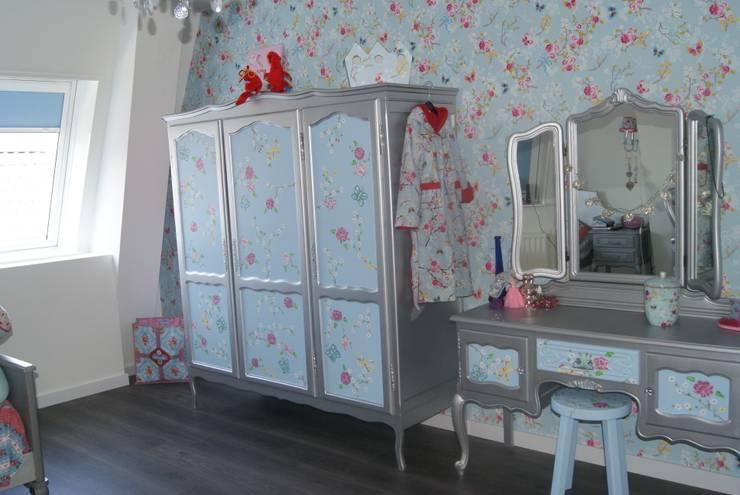 Zilveren kaptafel.: moderne Kinderkamer door Happykidsart