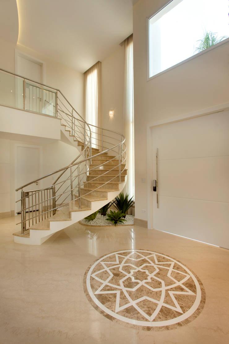 Casa Itu: Corredores e halls de entrada  por Designer de Interiores e Paisagista Iara Kílaris