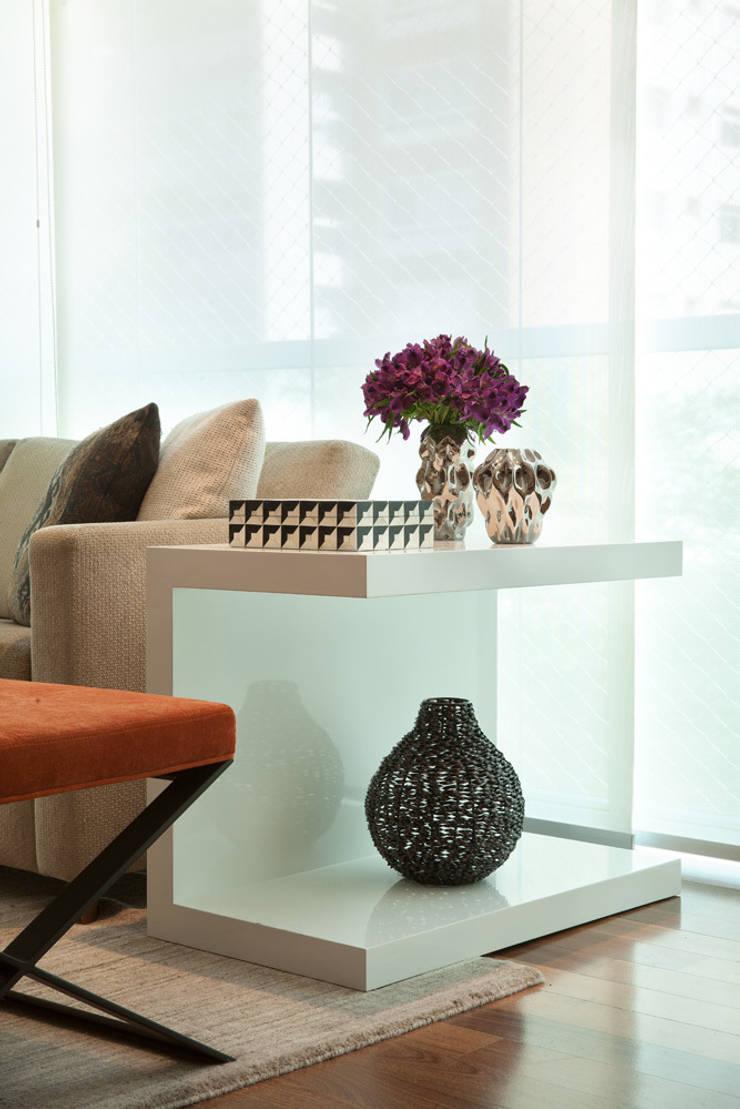 Mesa lateral decorada: Salas de estar modernas por Liliana Zenaro Interiores