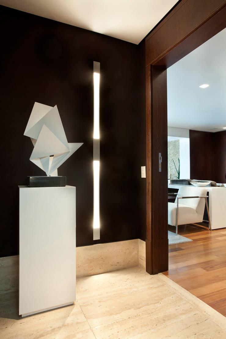 Hall de entrada: Corredores e halls de entrada  por Liliana Zenaro Interiores