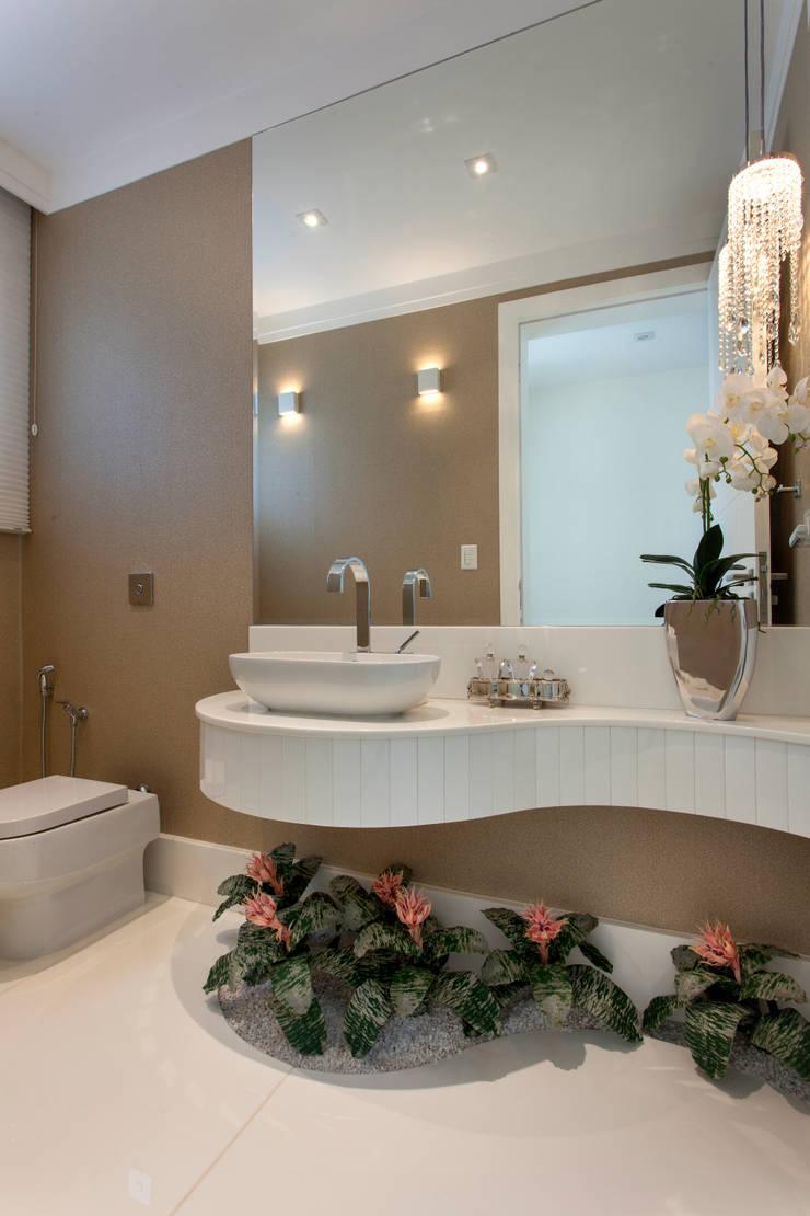 Casa Itu: Banheiros modernos por Designer de Interiores e Paisagista Iara Kílaris