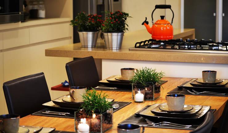Madeira em pauta para um casal que adora receber: Cozinha  por Helô Marques Associados