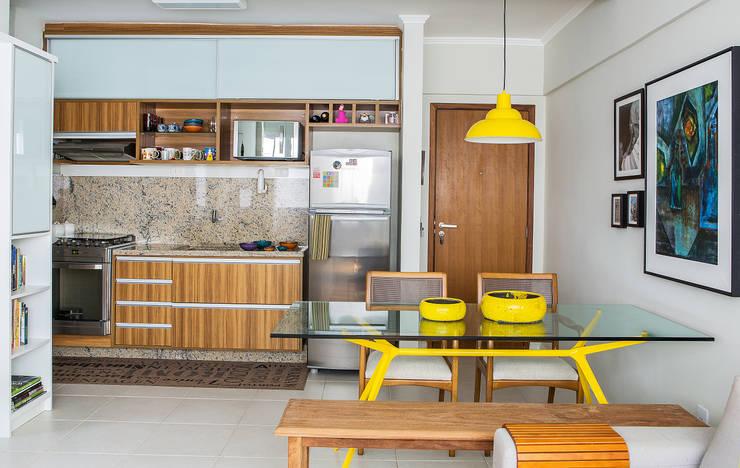 Cozinha integrada a sala jantar e estar: Salas de jantar  por Milla Holtz Arquitetura