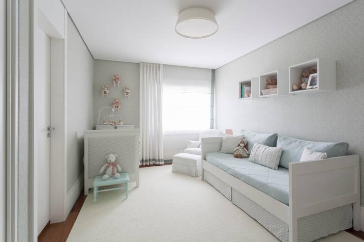 quarto de bebe: Quarto infantil  por BMG Arquitetura