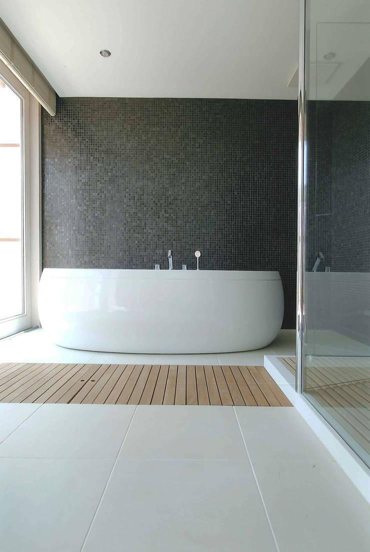 Ma house: ATELIER A+Aが手掛けた浴室です。