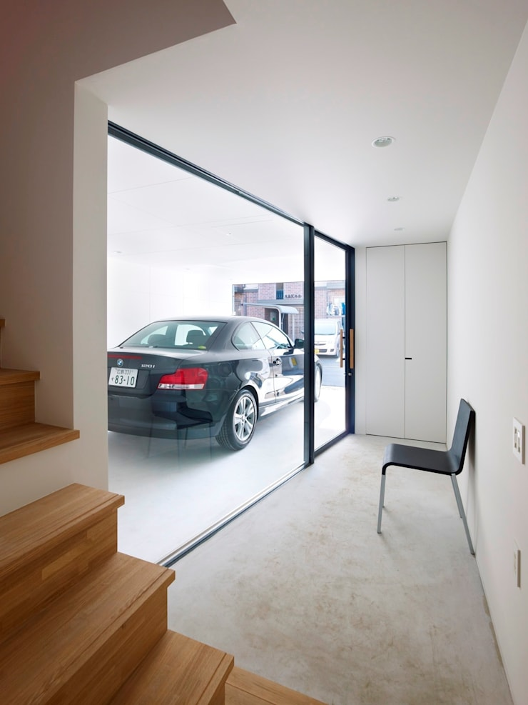 Minimalist corridor, hallway & stairs by SWITCH&Co. Minimalist