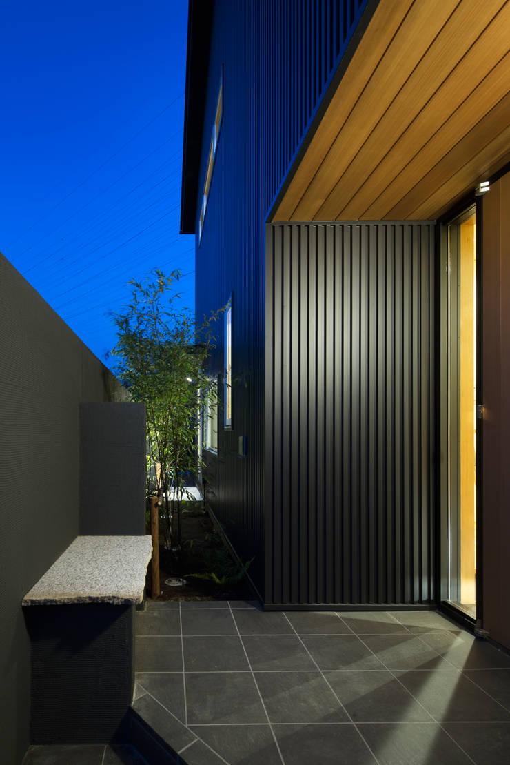 家族をつなぐスキップフロアの家-玄関ポーチ-: 小田達郎建築設計室が手掛けた家です。