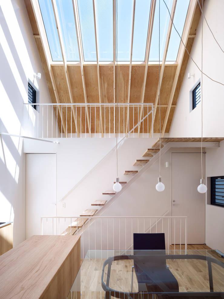 Minimalist dining room by SWITCH&Co. Minimalist