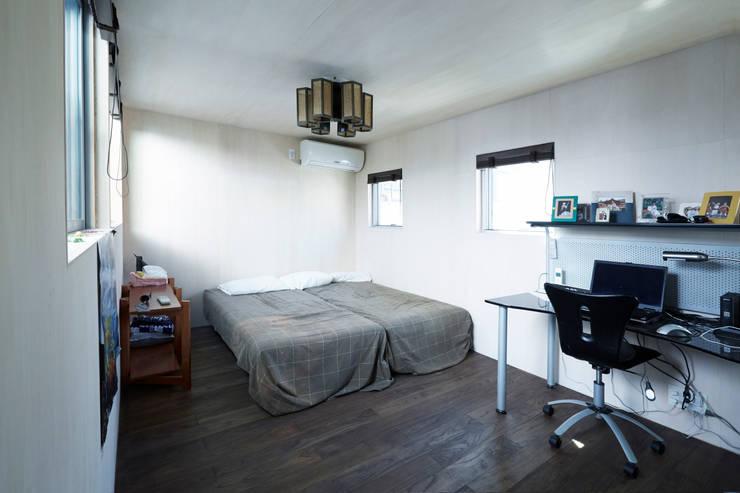 主寝室: エトウゴウ建築設計室が手掛けた寝室です。