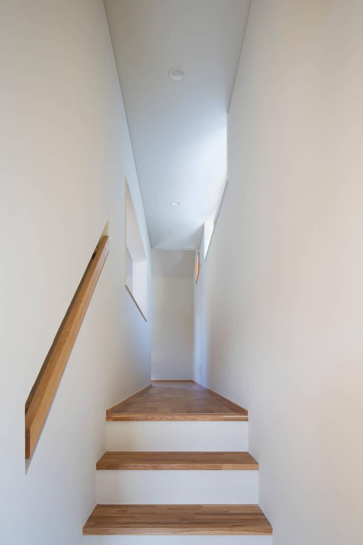 家族をつなぐスキップフロアの家-廊下-: 小田達郎建築設計室が手掛けた廊下 & 玄関です。