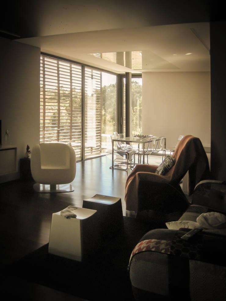 Habitação - Trancoso: Salas de estar  por ARKIVO