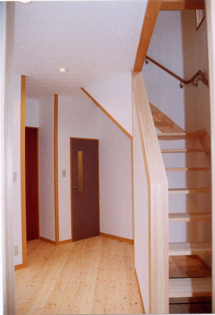 暖炉と書斎とせせらぎの聞こえる家: 建築設計事務所PRADOが手掛けた廊下 & 玄関です。