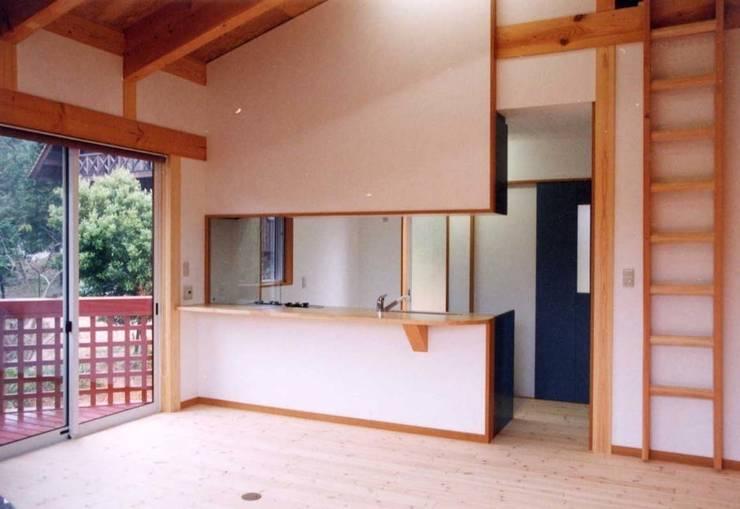 暖炉と書斎とせせらぎの聞こえる家: 建築設計事務所PRADOが手掛けたダイニングです。