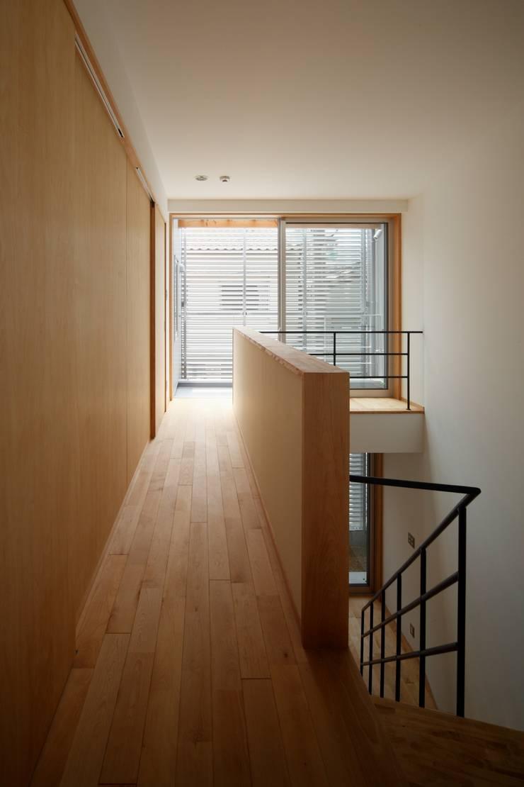 Pasillos y vestíbulos de estilo  de FOMES design