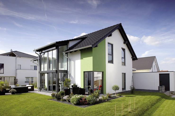 Frei geplantes Kundenhaus - Einfamilienhaus mit Wintergarten und Eckfenstern:  Fertighaus von FingerHaus GmbH - Bauunternehmen in Frankenberg (Eder)