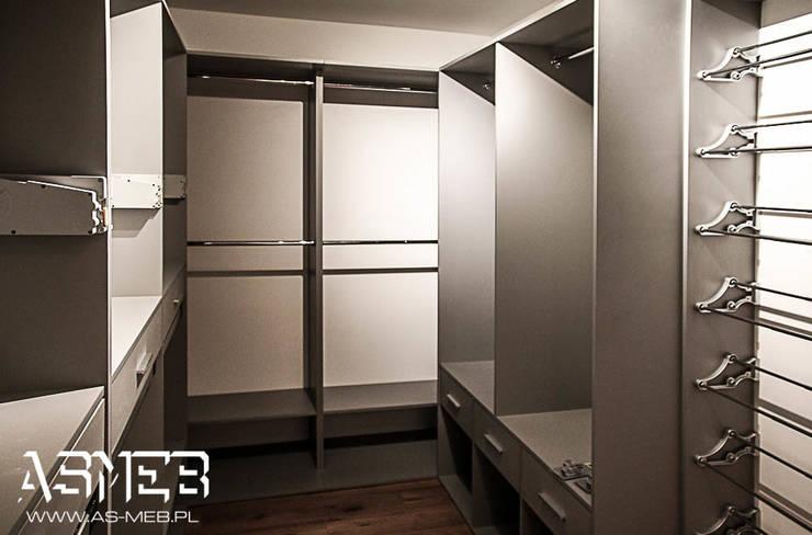Realizacja Szwajcaria, Chardonne (GARDEROBA I SPIŻARNIA): styl , w kategorii Garderoba zaprojektowany przez AS-MEB