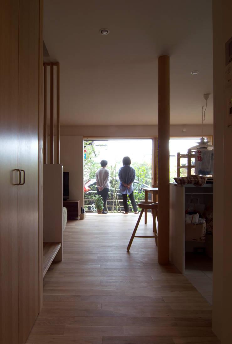 Pasillos y vestíbulos de estilo  de 松原正明建築設計室, Moderno