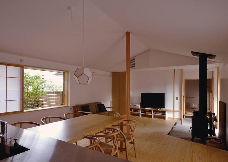 通り土間のある家: 松原正明建築設計室が手掛けたリビングです。