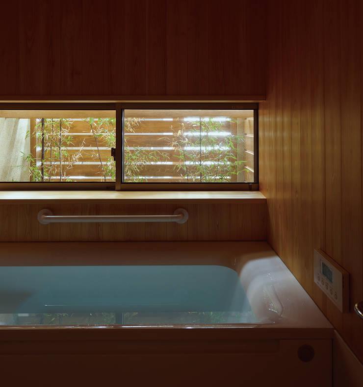 Baños de estilo asiático de 松原正明建築設計室 Asiático