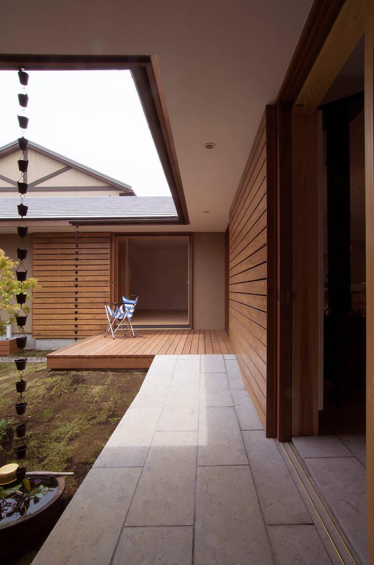 Balcones y terrazas de estilo moderno de 松原正明建築設計室 Moderno