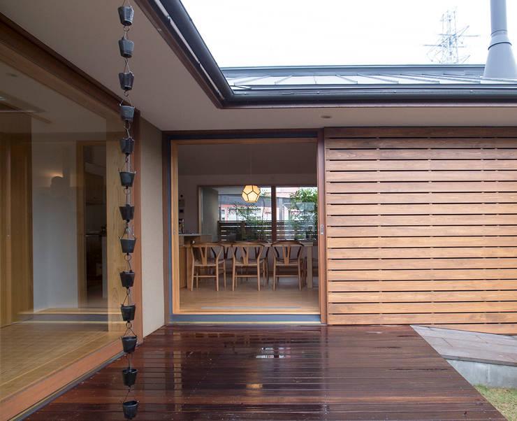 通り土間のある家: 松原正明建築設計室が手掛けたベランダです。