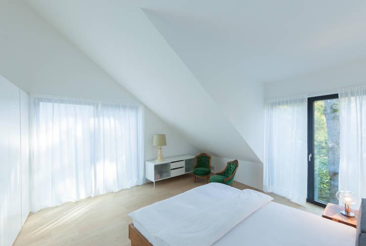 Dormitorios de estilo  por von Mann Architektur GmbH