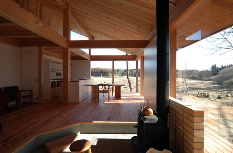 那須の週末住居: 松原正明建築設計室が手掛けたリビングです。