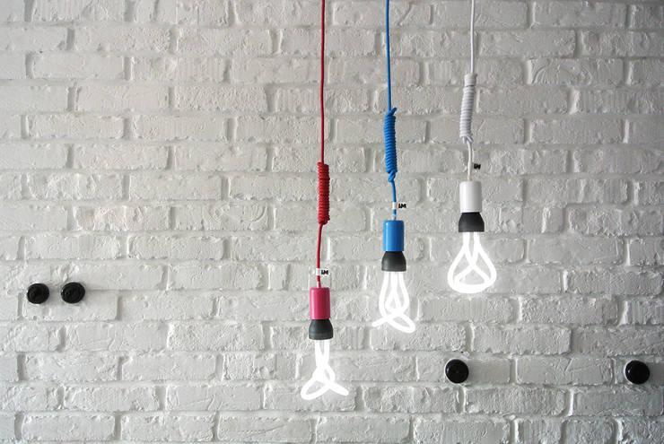 Lampy wiszące imindesign z żarówkami Plumen: styl , w kategorii Jadalnia zaprojektowany przez IMIN