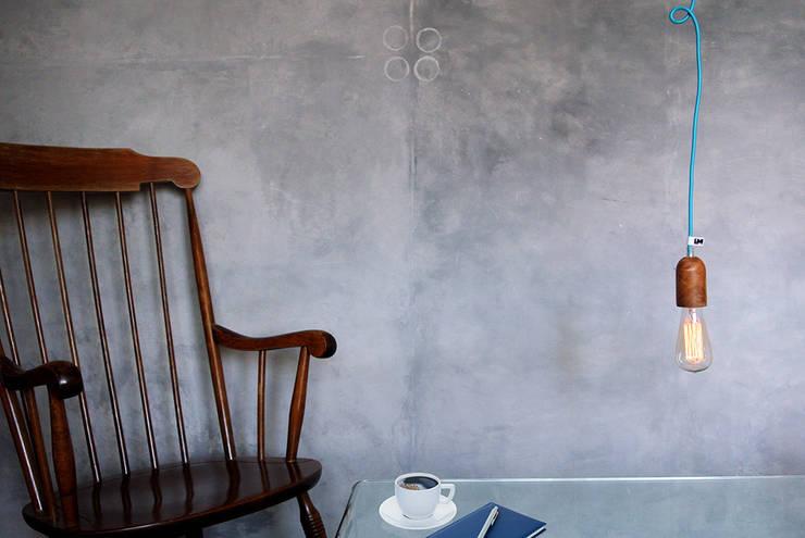 Lampa sufitowa imindesgn z drewnianą oprawką i podsufitką: styl , w kategorii Salon zaprojektowany przez IMIN