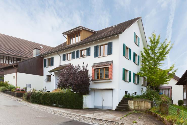 Eingangsfassade:  Häuser von von Mann Architektur GmbH