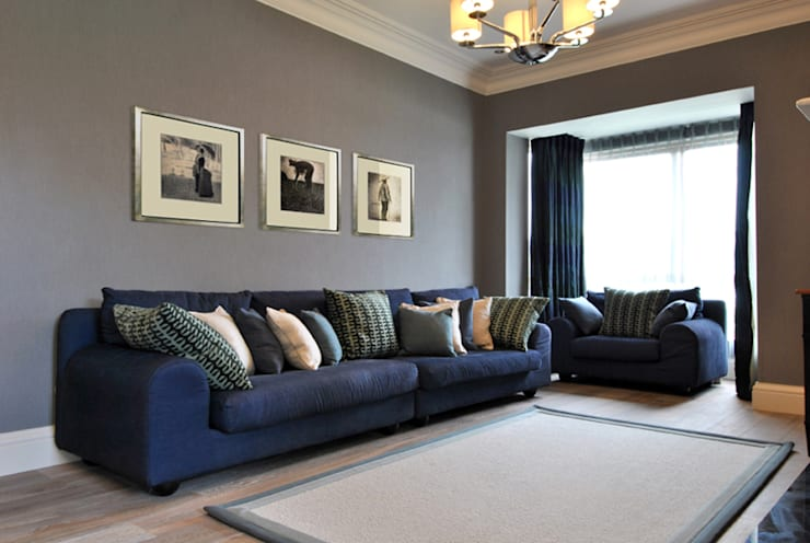 Family Living Room: classic Living room by CLAIRE HAMMOND INTERIORS