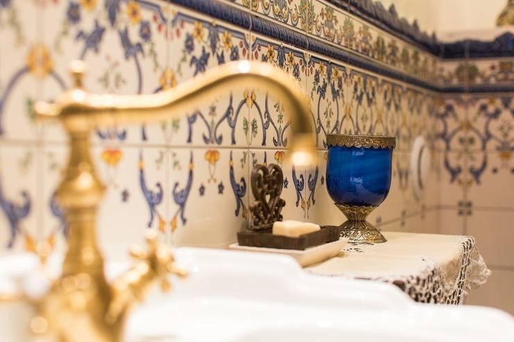 Испанский дом: опыт интерпретации средиземноморского стиля: Ванные комнаты в . Автор – Студия интерьерного декора PROSTRANSTVO U