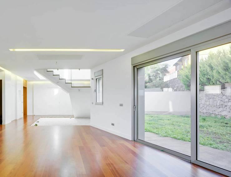 Vivienda unifamiliar Aislada en Tafira Alta: Comedores de estilo moderno de BELLO Y MONTERDE arquitectos