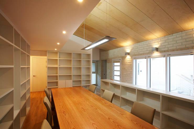 인천 검암동 주택: (주)건축사사무소 아뜰리에십칠의  거실