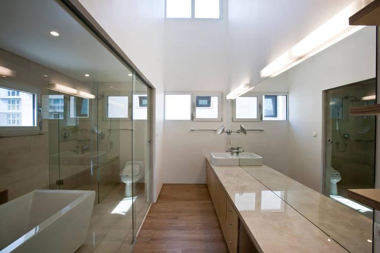 판교 호연당(好緣堂)주택: (주)건축사사무소 아뜰리에십칠의  욕실
