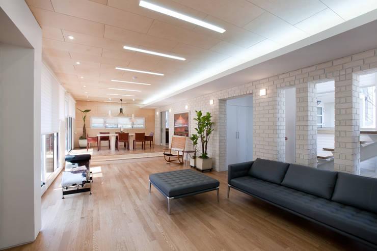 Projekty,  Salon zaprojektowane przez (주)건축사사무소 아뜰리에십칠