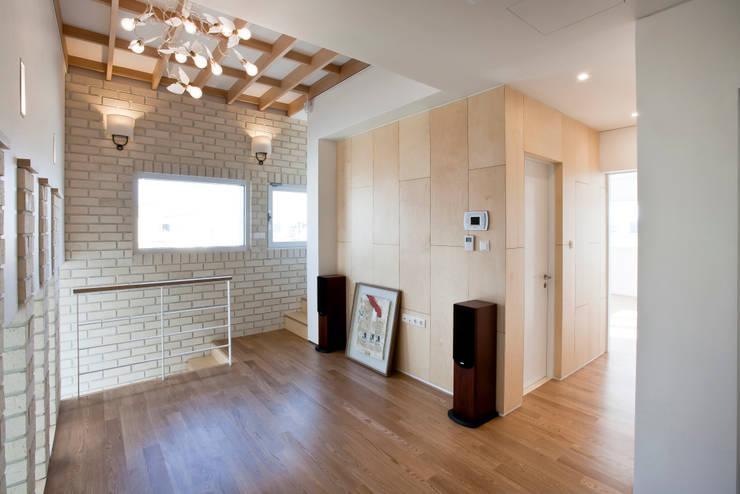 Projekty,  Korytarz, przedpokój zaprojektowane przez (주)건축사사무소 아뜰리에십칠