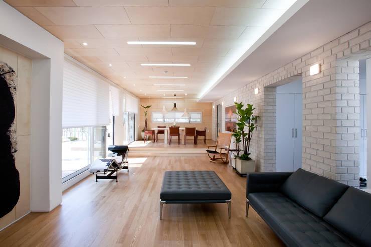 판교 호연당(好緣堂)주택: (주)건축사사무소 아뜰리에십칠의  거실